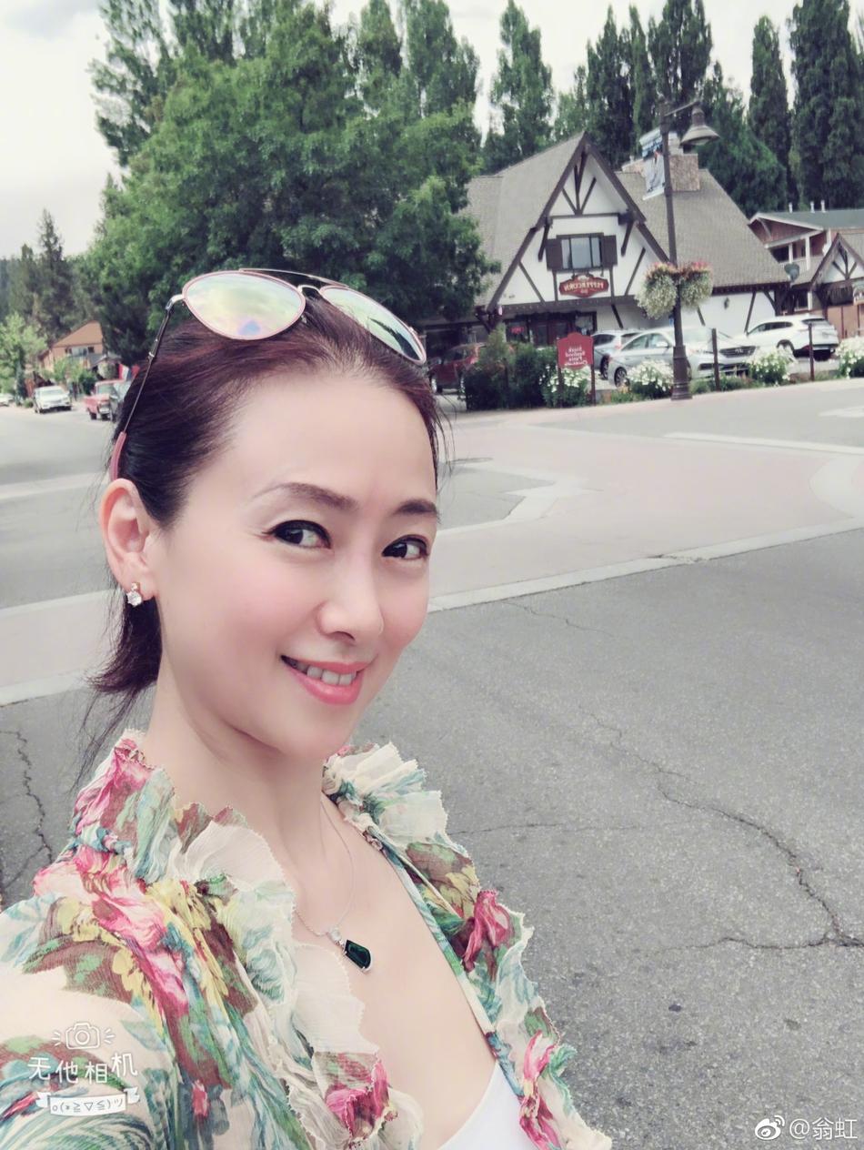 猜你喜欢 5 / 9 新浪娱乐讯 近日,翁虹在微博晒出全家出游照.