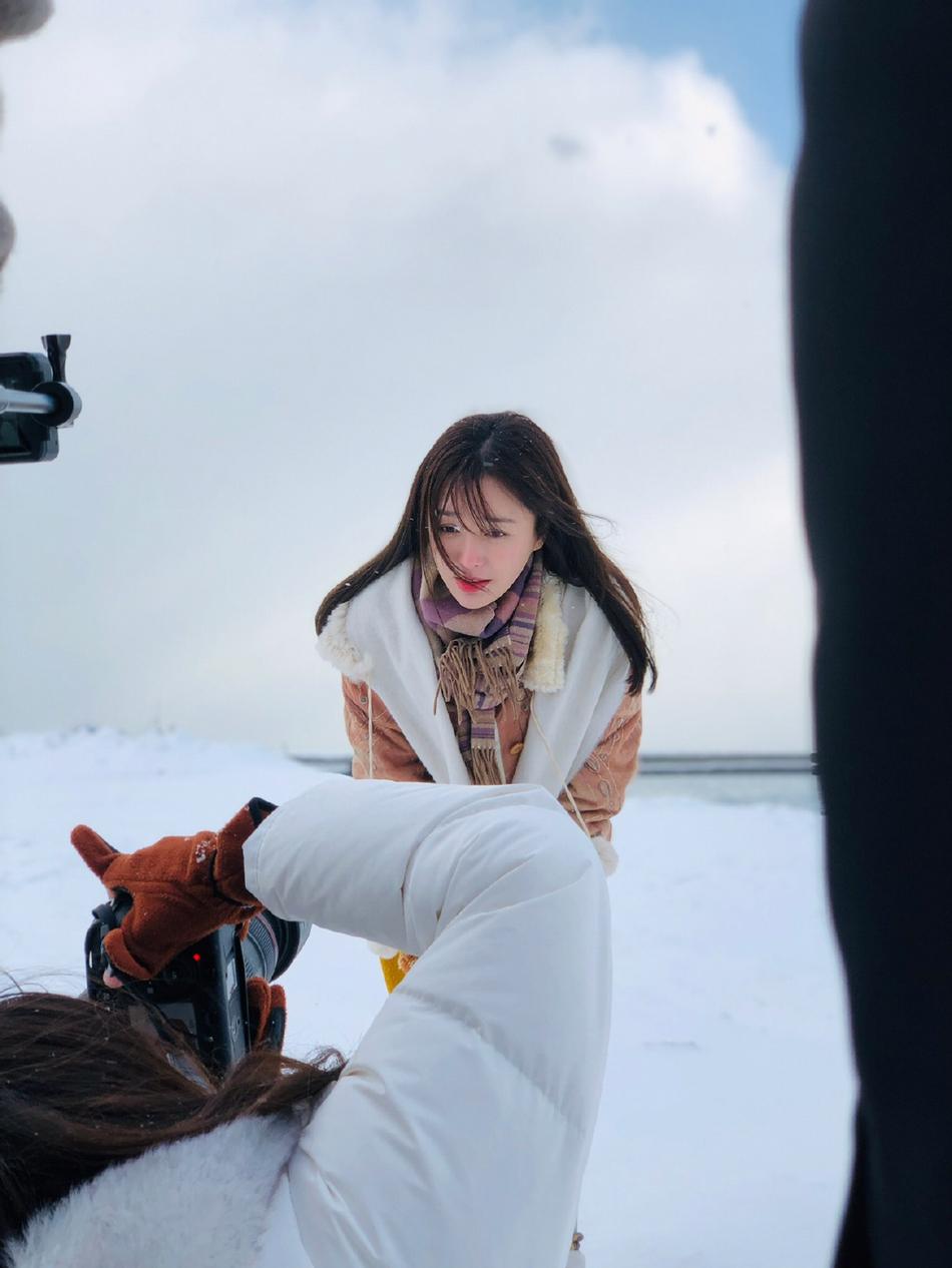 组图:秦岚北海道拍写真冷到瑟瑟发抖 寒风扑面依旧努力凹造型