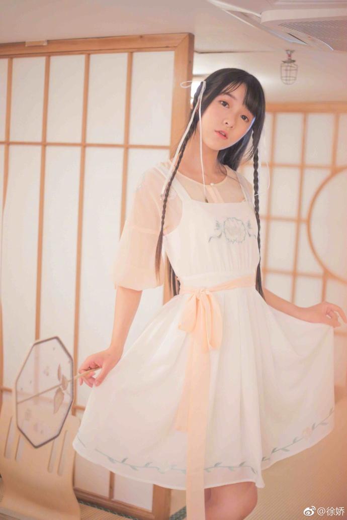 高清套图:徐娇晒照白裙清纯 手拿扇子古典韵味
