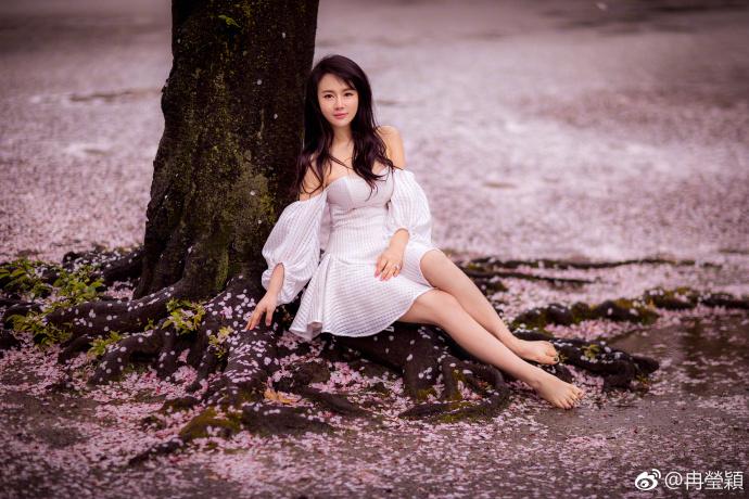 高清套图:女人如花!邹市明娇妻樱花树下露美腿
