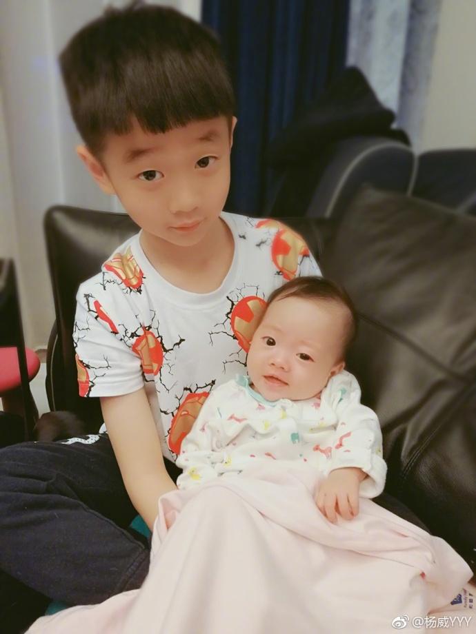 高清套图:杨阳洋带娃变身大哥哥 双胞胎弟弟笑容可爱