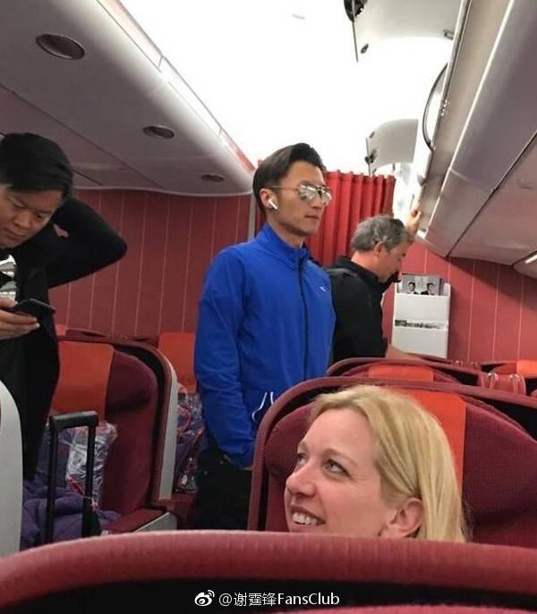 组图:谢霆锋一身运动衣坐飞机头等舱 王菲未现身