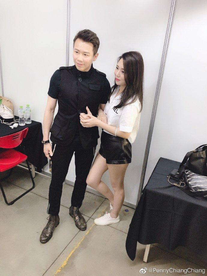 组图:陶喆妻子江佩蓉晒老公演唱会后合影 产后恢复苗条身材