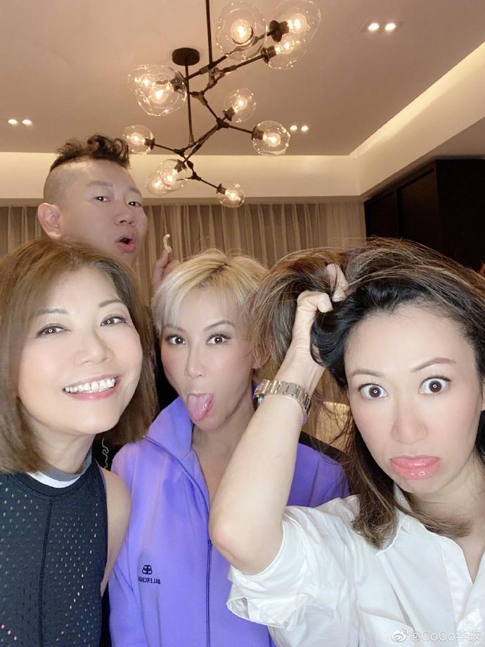 李玟高清大图 李玟分享与好友聚会合照 对镜搞怪做鬼脸吐舌画面温馨