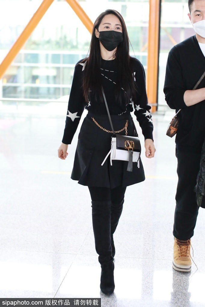 组图:伊能静毛衣+小短裙现身机场 青春减龄女团感满满