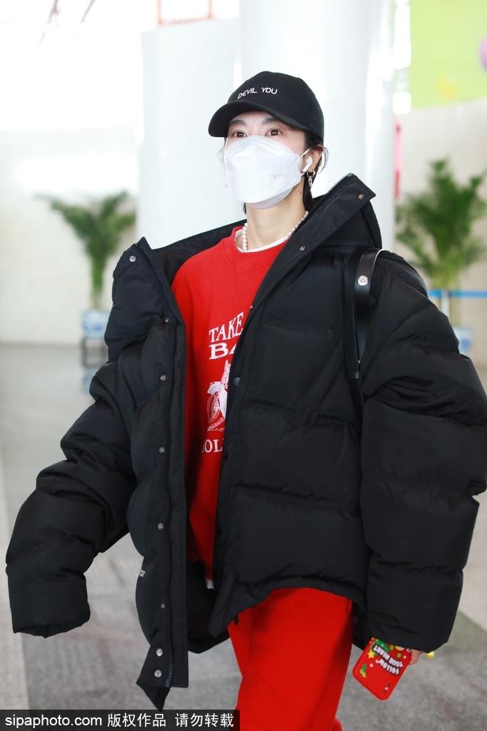 组图:郁可唯大红色运动装配黑色棉服现身机场 潮流个性十分抢眼