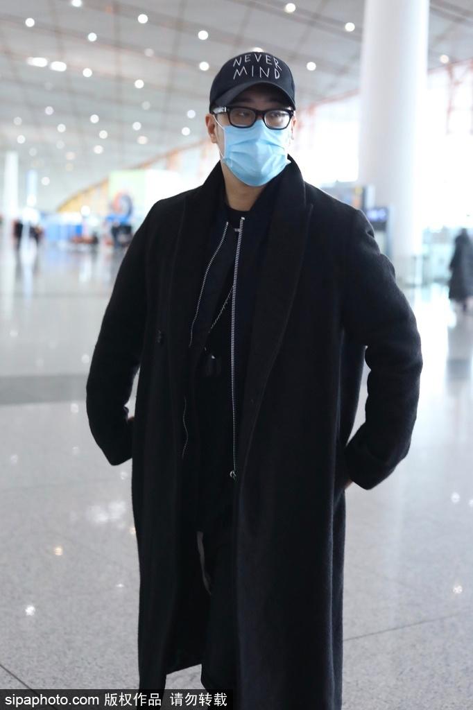 组图:潘玮柏all  black穿搭现身机场 低头走路脚步匆忙