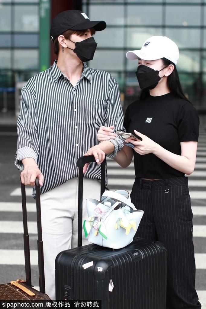 组图:张檬小五合体现身机场 穿搭低调一路热聊恩爱十足