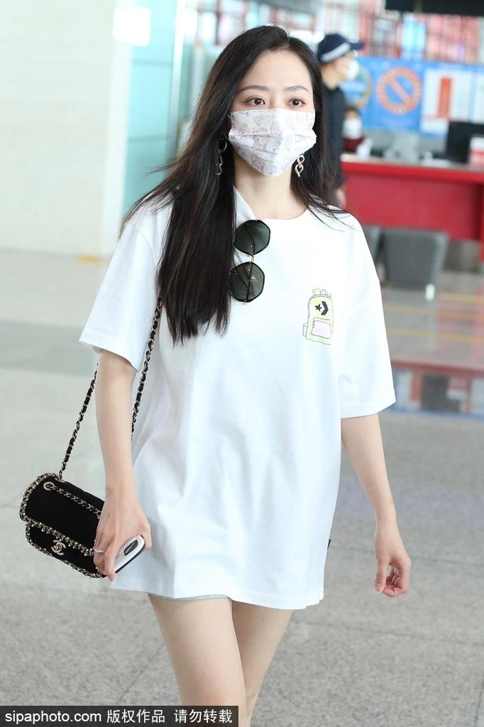组图:张靓颖穿白色T恤裙现身机场 搭配帆布鞋大秀美腿