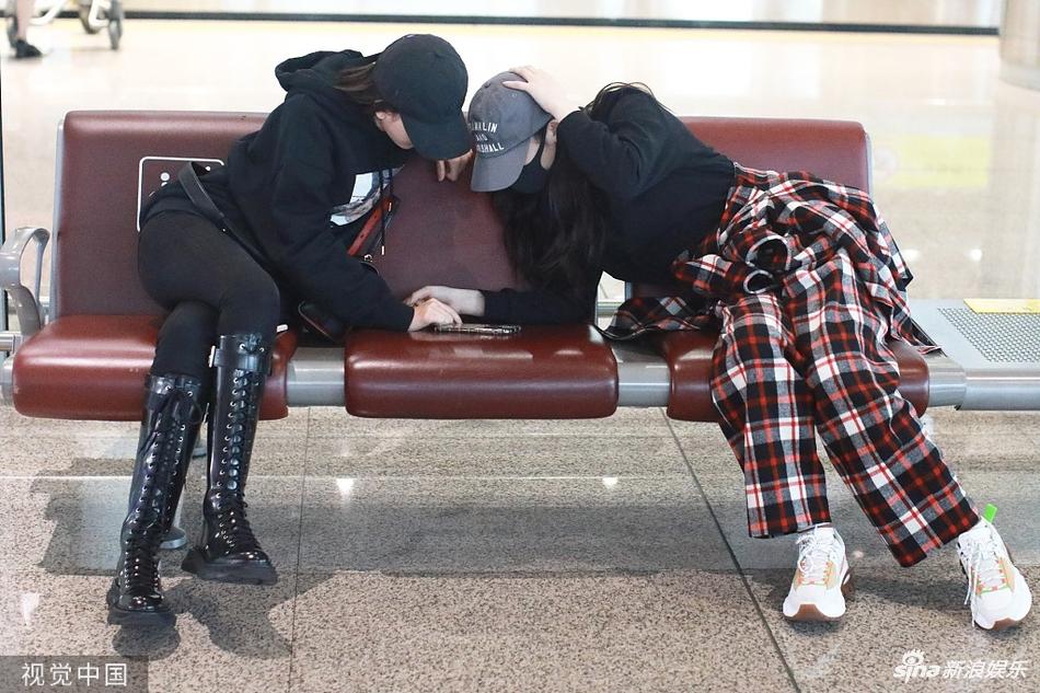 组图:林允宋祖儿姐妹花机场相遇 低头看手机相互撒娇大秀闺蜜情