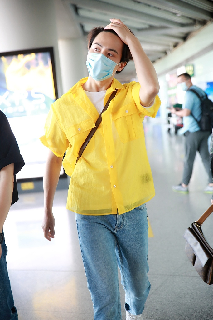 组图:马天宇穿白t叠搭明黄色外套 随性撩发清爽帅气
