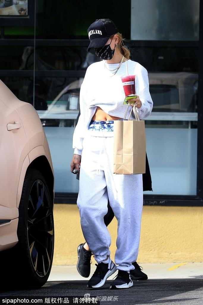 """组图:海莉手持果汁现身健身房外 穿白色运动装大方""""炫腹"""""""