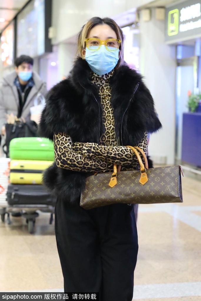 虎穿豹纹t恤搭配黑色棉毛背心 机场个性优美 神采奕奕