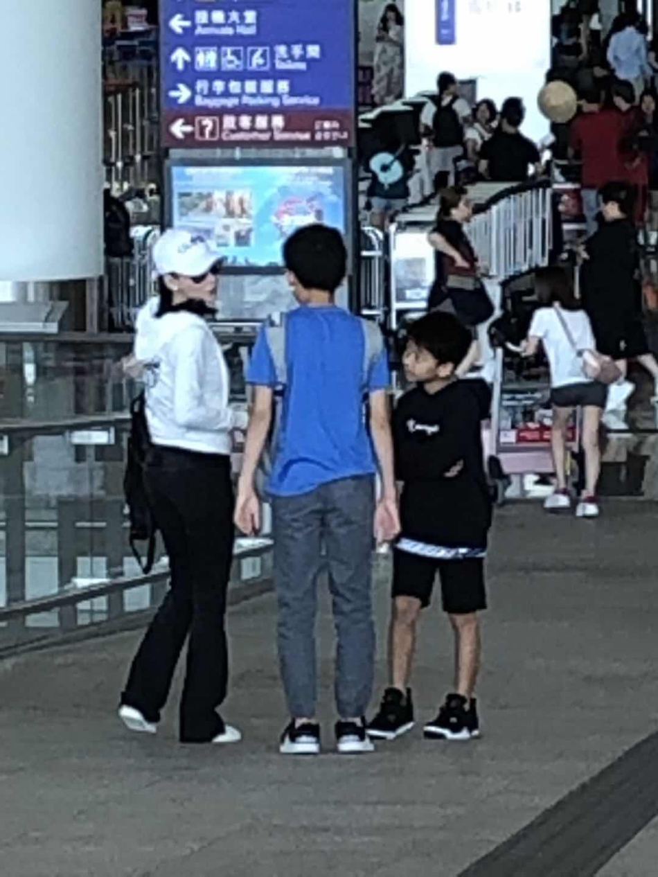 组图:张柏芝身材纤瘦现身机场 携儿子出游度暑假画面温馨