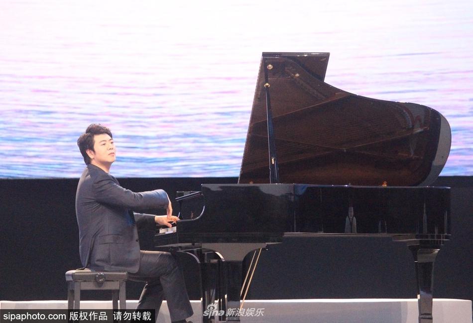 组图:郎朗西装笔挺出席活动 现场演奏钢琴气场强大