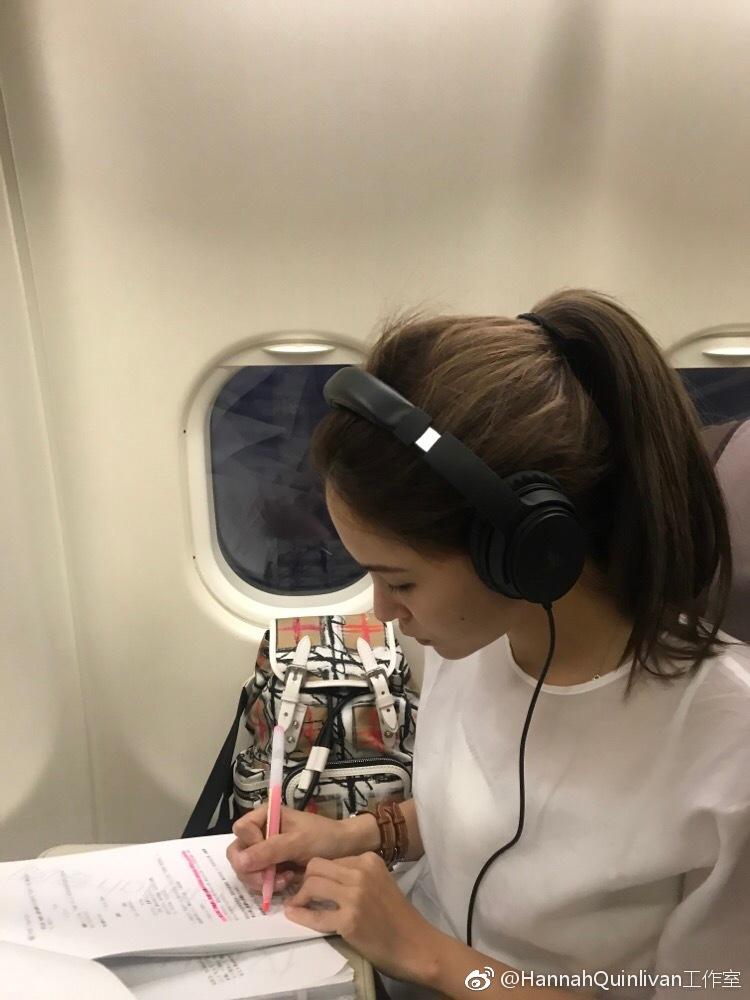 昆凌飞机上不忘工作 认真做笔记侧颜精致温柔气质佳