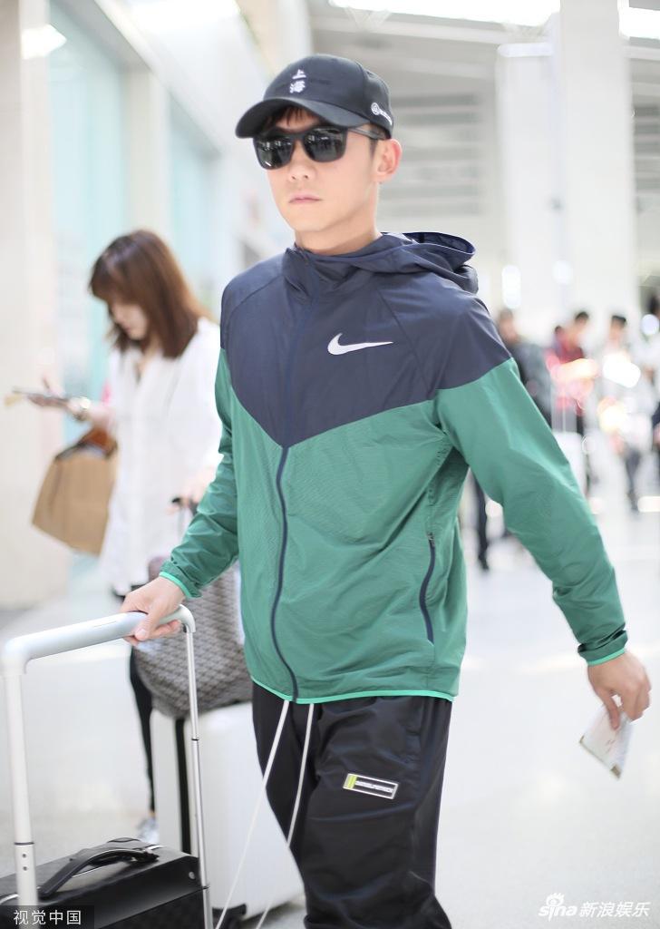 组图:郑恺一身运动装扮亮相机场 自推行李箱大步疾走活力满满