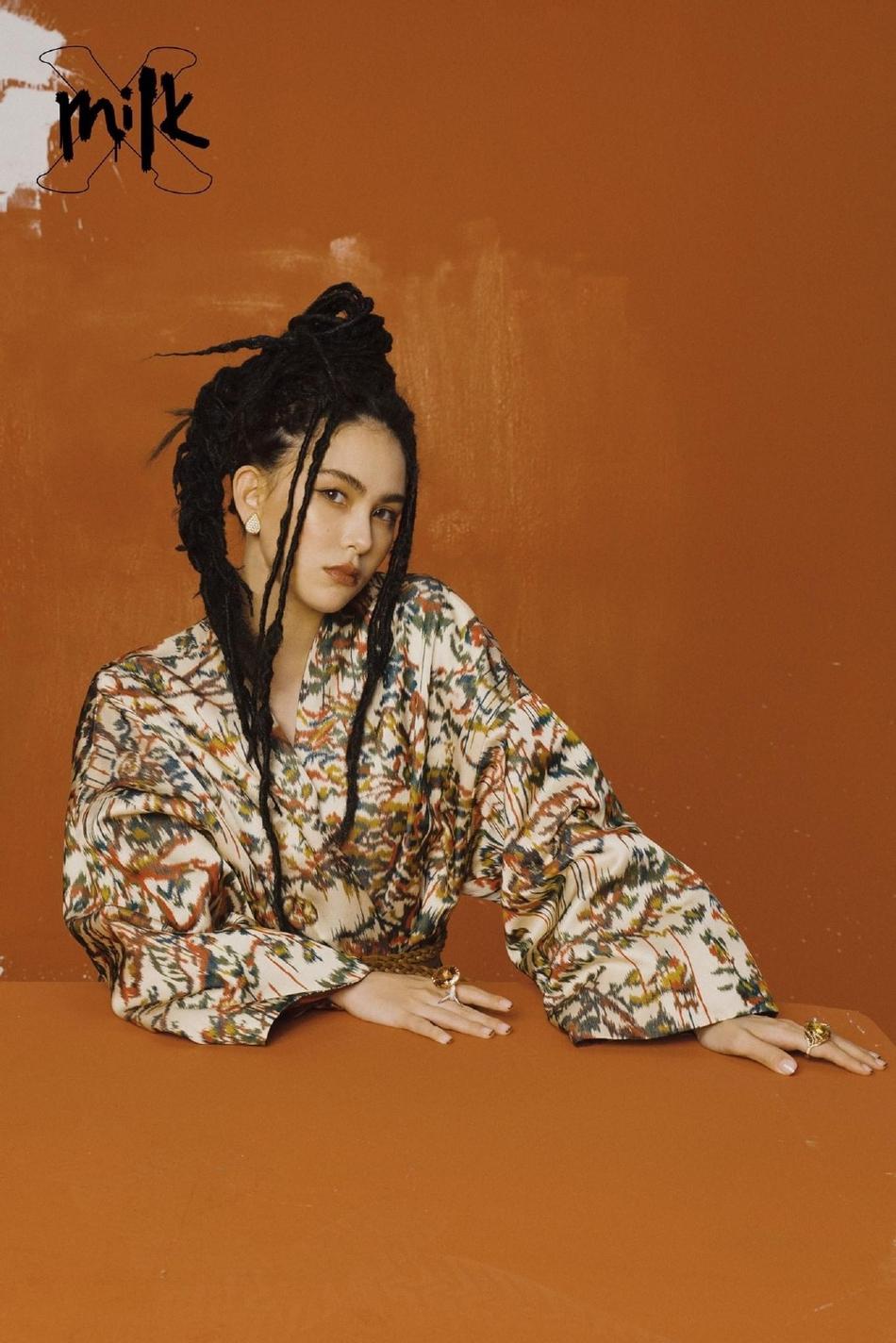 昆凌最新杂志封面曝光印花外套带有野性的肮脏和野性