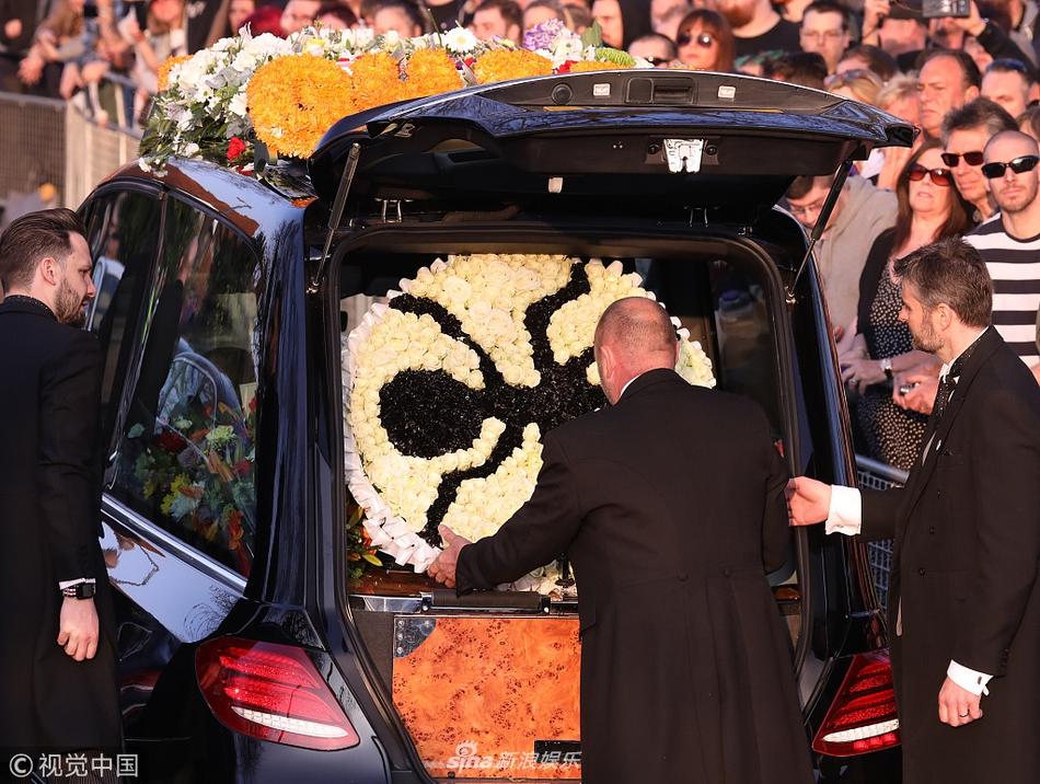 组图:超凡乐队主唱Keith Flint葬礼举行 歌迷高举旗帜悼念