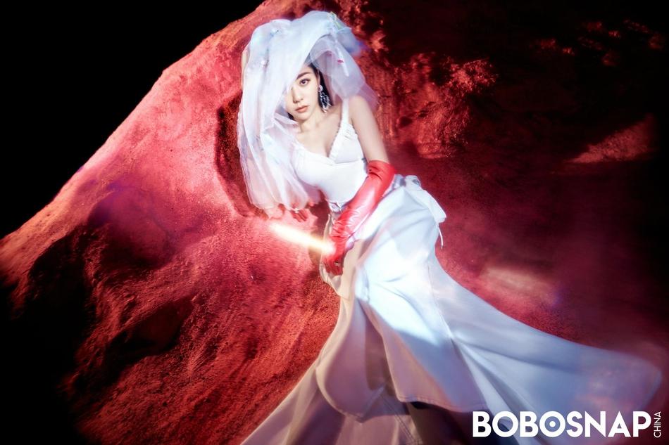 组图:张靓颖粉色沙漠大片梦幻绮丽 穿洁白婚纱大秀香肩雪肤