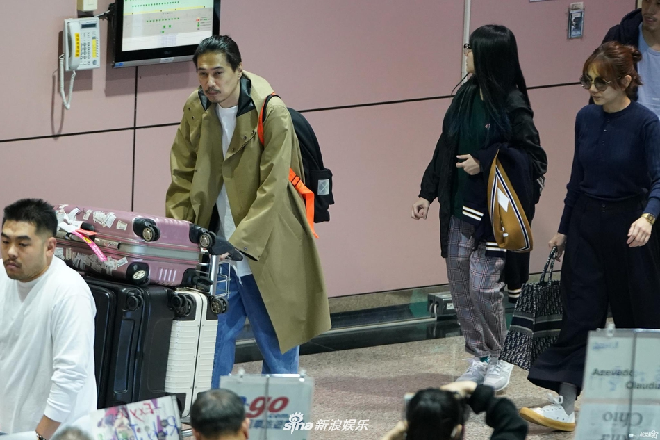 组图:Ella穿蓝色针织上衣戴墨镜搭机 老公赖斯翔自推一车行李