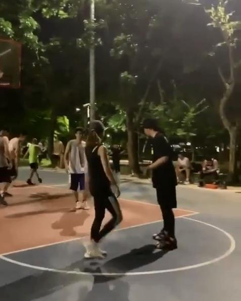 周杰伦晒与昆凌打篮球画面 传球跑位配合默契 娱乐 热图5