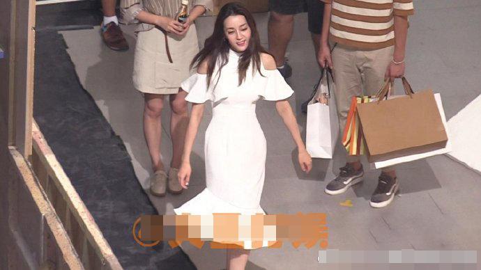 组图:迪丽热巴穿白色鱼尾裙秀翘臀 身材曼妙曲线诱人