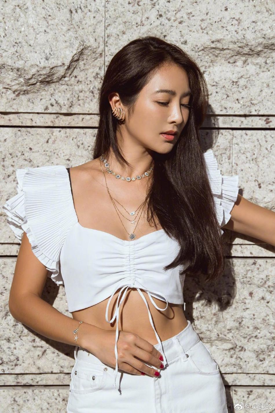 组图:曹格妻子吴速玲晒美照 白色露脐装尽显性感身材