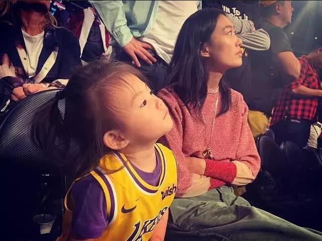 组图:陈冠希晒女儿穿湖人队球衣萌照 多次带Alaia看NBA球赛