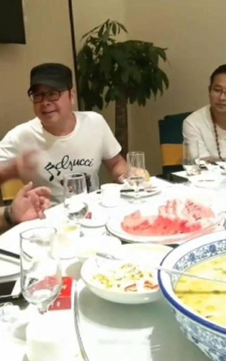 组图:49岁刀郎近照身材发福明显 与友人饭桌畅聊精神不错