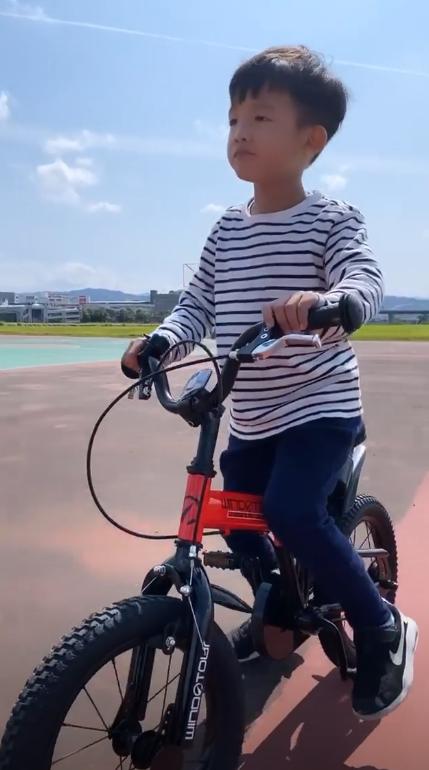 组图:陈建州带双胞胎儿子骑车采花 身旁不见范玮琪陪伴