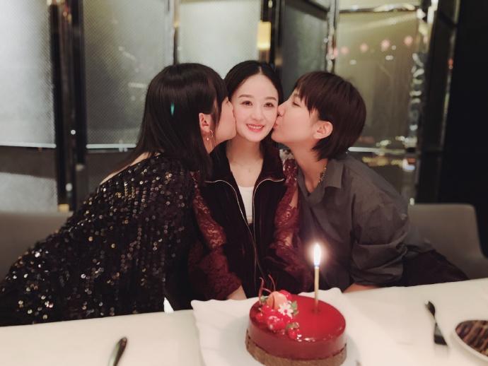 赵丽颖生日与闺蜜大玩亲亲 可爱捧脸笑容甜美少女感满满
