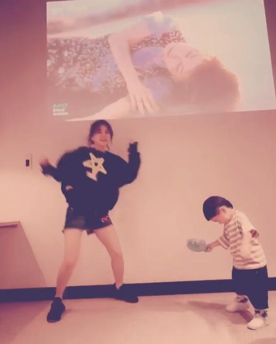 组图:Ella晒与儿子跳舞视频 劲宝手舞足蹈舞姿酷炫嘻哈范儿足