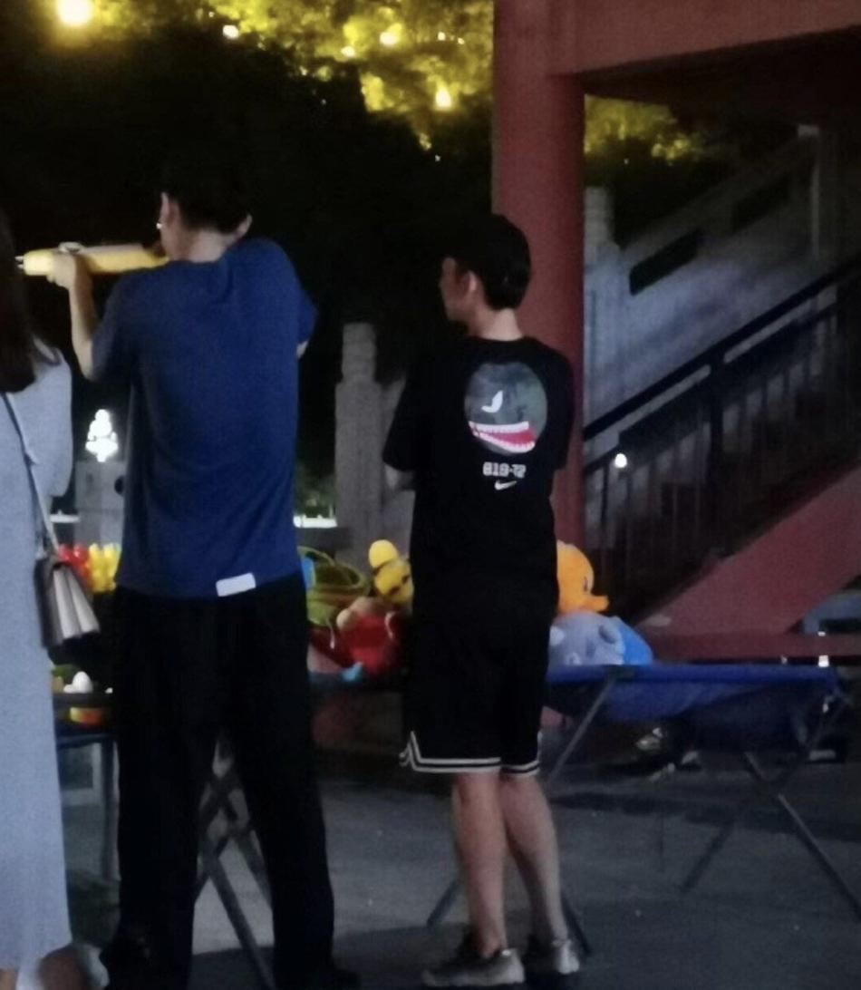 组图:刘昊然带董子健街边打气球 穿着休闲随性拿枪姿势熟练