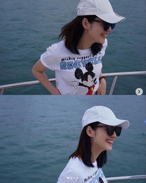 林贤桥妻子张信月游艇自拍短袖和白色棒球帽充满活力