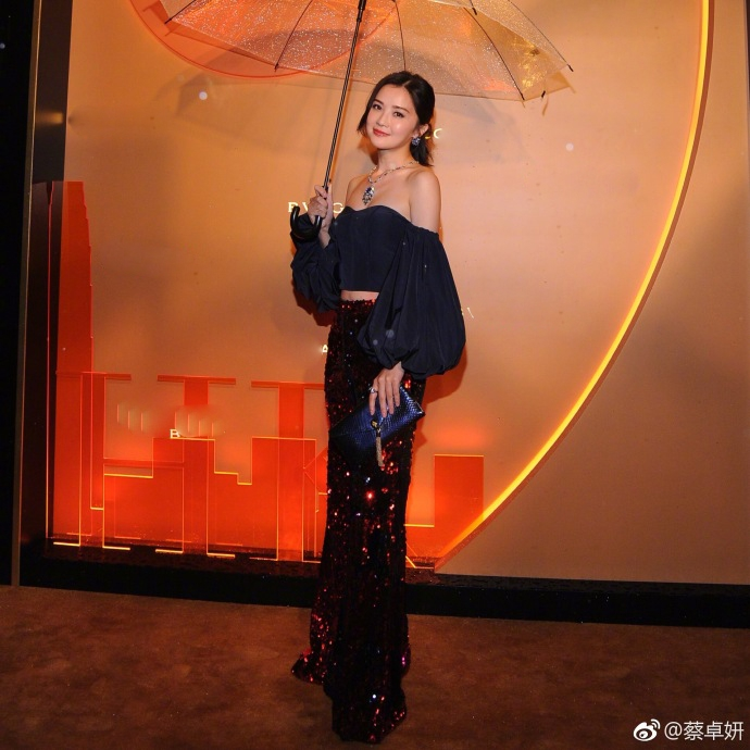 郑秀文蔡卓妍同框亮相 身穿露肩礼服秀细腰滑肌笑容甜