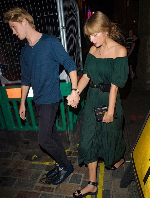 霉霉墨绿露肩长裙靓丽出街 获男友护驾一路牵手撒糖
