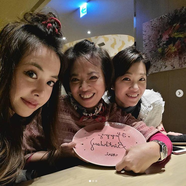 蔡依林晒黑派对的照片是妈妈生日全家人相同的相框画面温暖幸福