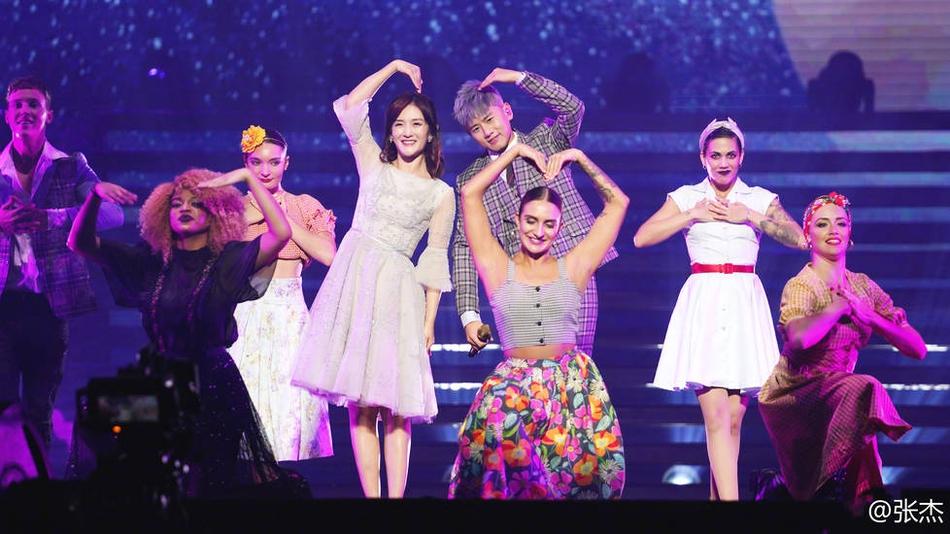 张杰晒演唱会现场合照 被火箭少女簇拥大秀师生情