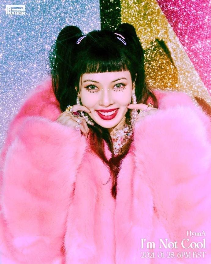 泫雅回归预告照片曝光粉色天鹅绒夹克和时尚妆容彰显个性