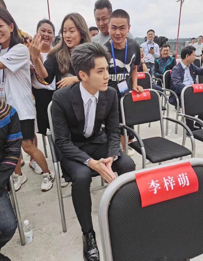 组图:吴亦凡出席活动生图曝光 穿黑西装气质优越颜值在线