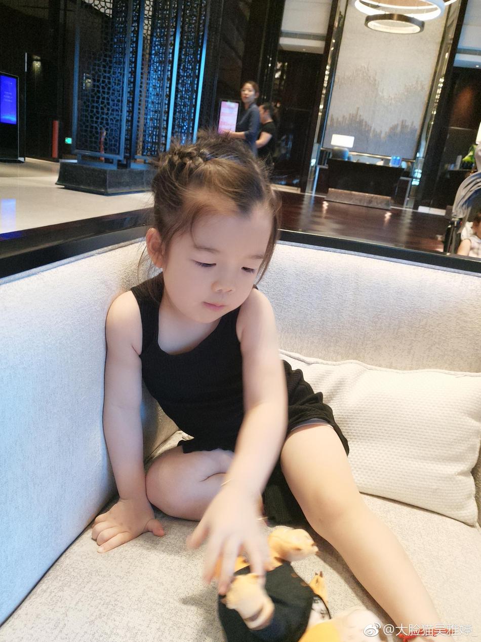 王栎鑫老婆晒儿子女儿日常照 两萌娃肤色白皙像爸爸