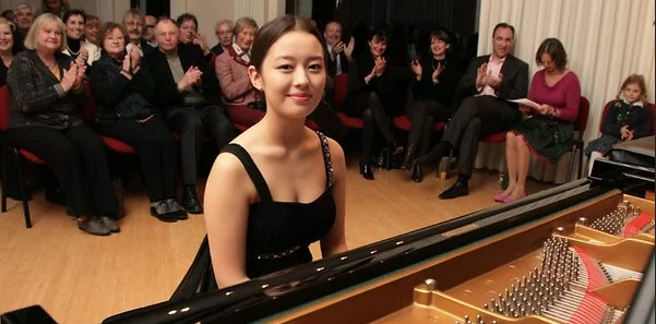 郎朗24岁钢琴家妻子旧照曝光 德韩混血11岁时长这样