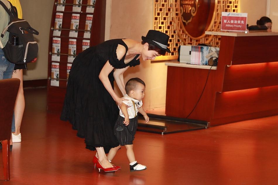 阔太金巧巧机场弯腰遛娃 儿子小太阳蹒跚学步超cute