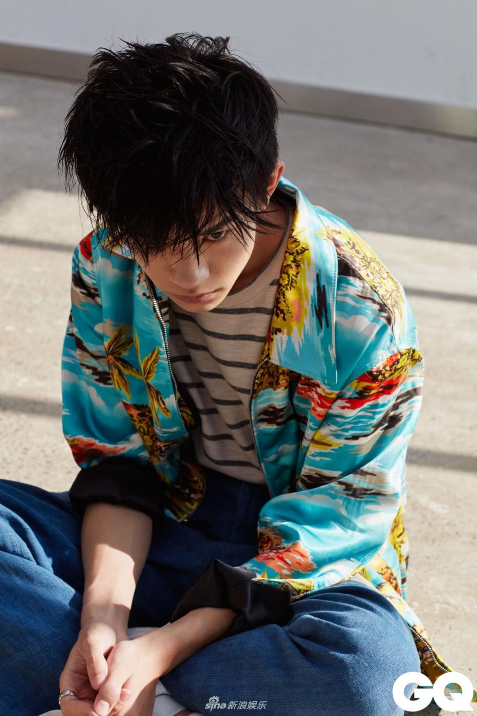 组图 易烊千玺最新杂志大片眼神凌厉 少年模样展清冷气质