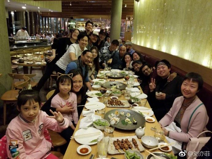 刘亦菲31岁生日晒素颜微醺照 席地而坐礼物拆不停