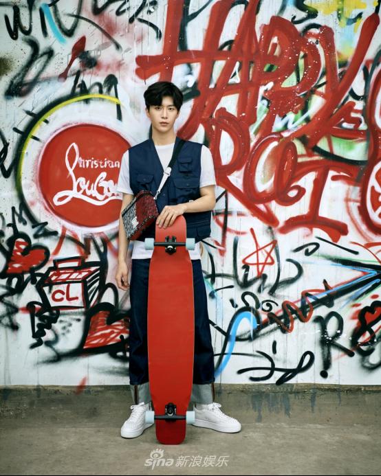 组图:范丞丞化身滑板少年 穿滑板鞋小马甲演绎街头风范