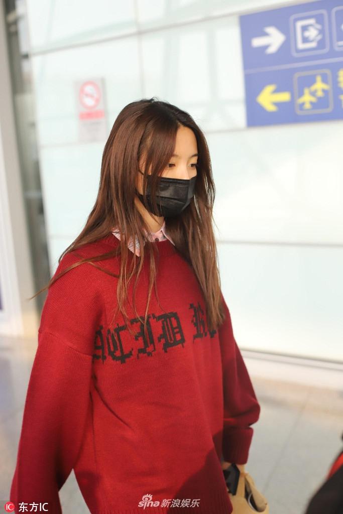 火箭少女机场获粉丝跟拍人气旺 杨超越睡眼迷离