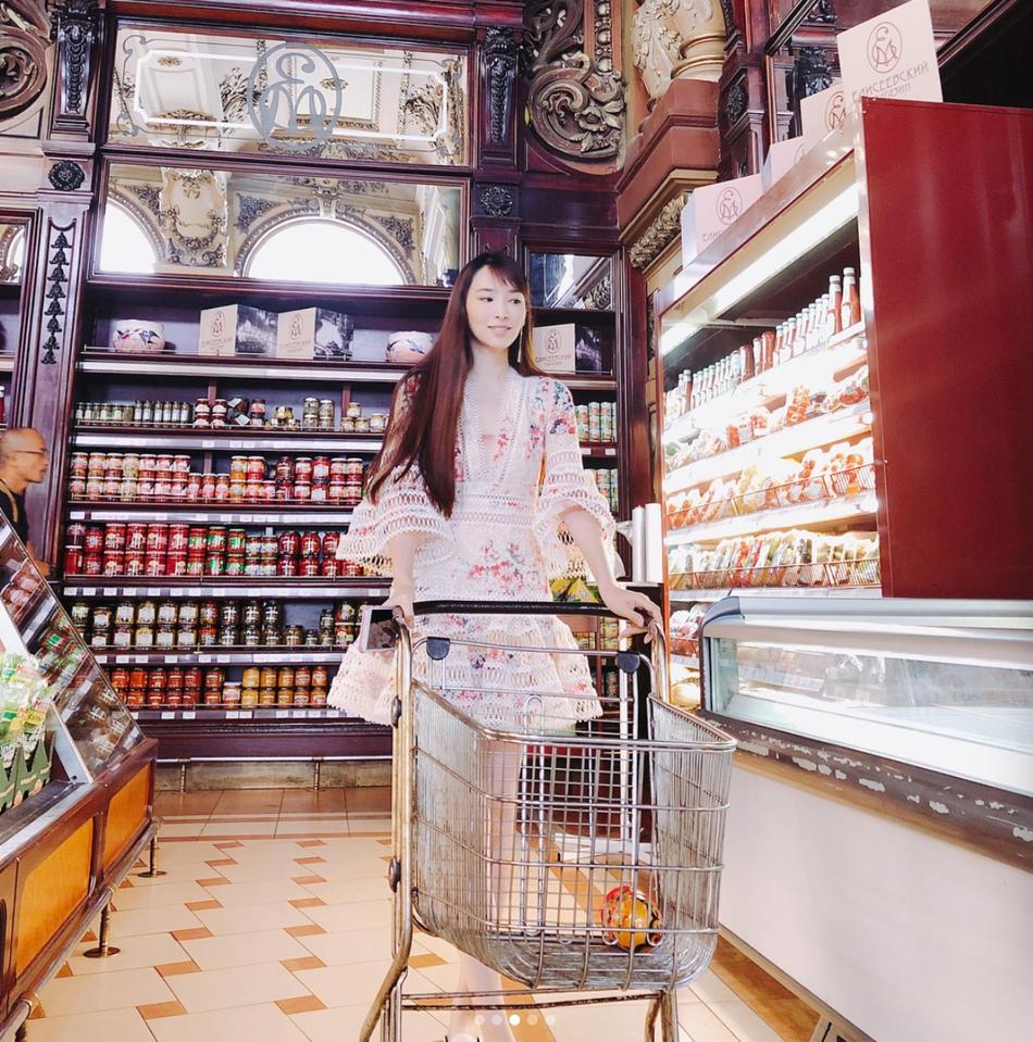 吴佩慈穿洋装玩下衣失踪 与闺蜜合照白皙大长腿抢镜