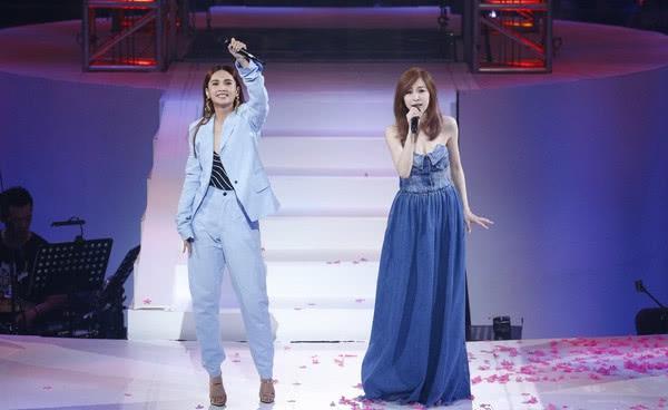 杨丞琳演唱会合体王心凌唱哭粉丝 两人大玩亲亲引众人尖叫